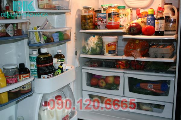 Đặt nhiều thực phẩm trong tủ lạnh Toshiba